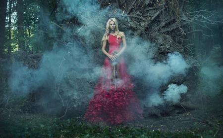 Red hübsche Nymphe mit einer Geige Standard-Bild - 50325036