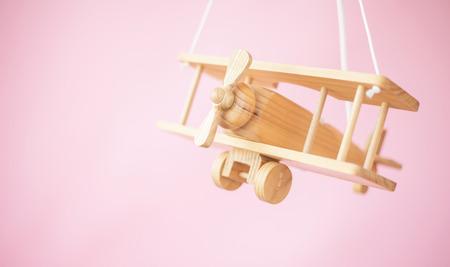 juguetes de madera: Imagen del bonito avión de juguete de madera Foto de archivo