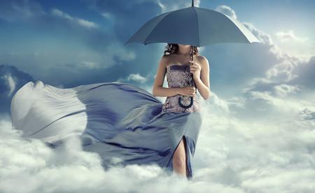 Señora atractiva caminando sobre las nubes