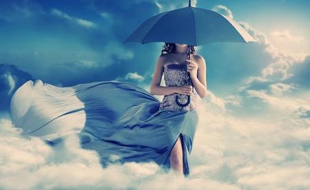 magia: Pretty mujer caminando en el paraíso