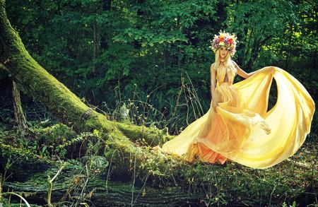 カラフルなビーズ状の物でエレガントなブロンド女性 写真素材