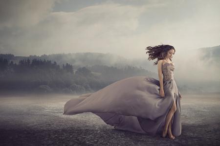 Sensual morena de pie en el suelo de la fantasía
