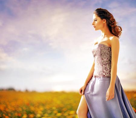 Bella signora che cammina sul prato rurale photo