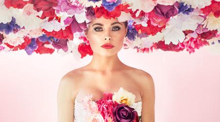 Piuttosto giovane donna che indossa colorato coroncina photo
