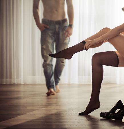 секс: Брак пара в комнате отеля Фото со стока