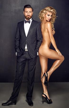 mujer sexy desnuda: Retrato de un hombre guapo con una mujer desnuda sensual