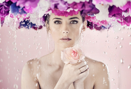 phụ nữ ướt với một vòng hoa lớn trên đầu Kho ảnh