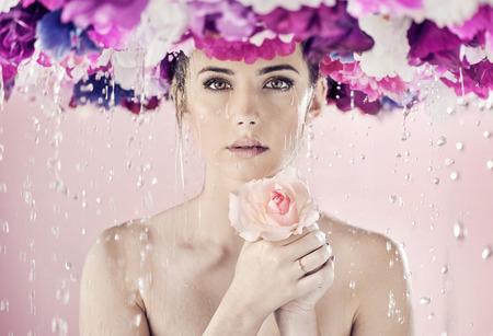 Wet senhora com uma enorme coroa de flores na cabeça