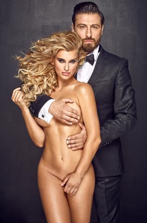 mujeres desnudas: Apuesto hombre de abrazos de mujer sensual rubia