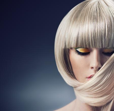 cabello corto: Retrato de una mujer rubia con peinado de moda Foto de archivo