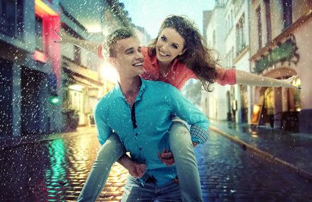 mujer alegre: Retrato de una pareja joven y atractiva Foto de archivo
