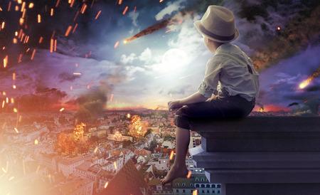 Garotinho assistindo a um fim do mundo Banco de Imagens