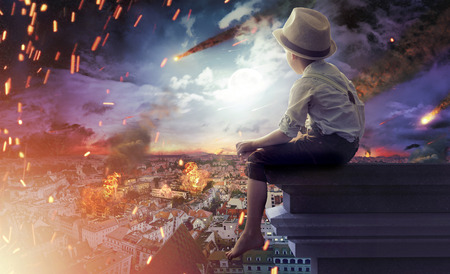 catastroph�: Petit gar�on regardant un bout du monde Banque d'images
