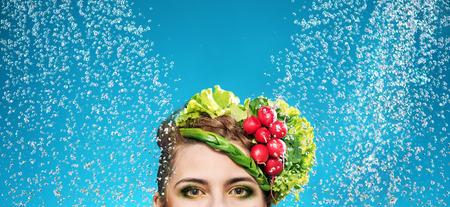 Ritratto di una donna con le verdure sulla testa photo