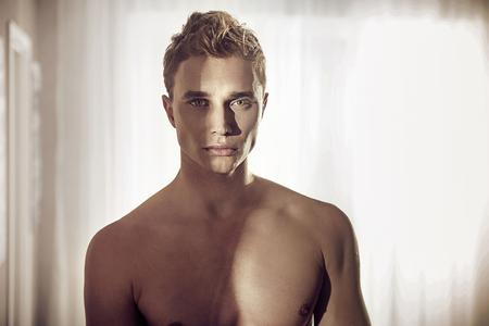 männer nackt: Portrait eines blonden muscuar Kerl