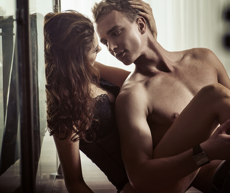 man and woman sex: Молодая женщина брюнетка ласкает ее парень Фото со стока