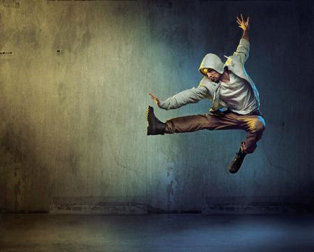 在超級跳躍姿勢運動的舞者 版權商用圖片