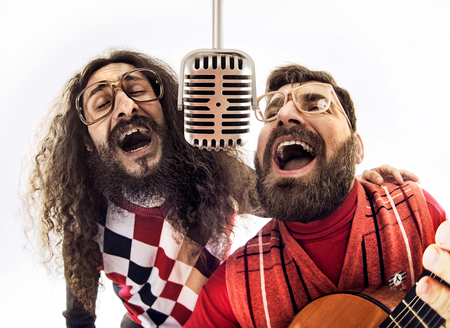 Dois meninos nerds cantando juntos Imagens