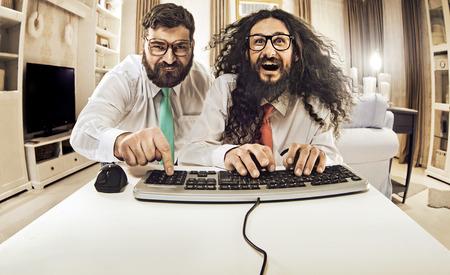 geek: Dos de TI spceialists trabaja con un ordenador