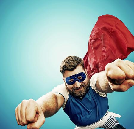 丸々 superheroe 犯罪都市上空を飛行