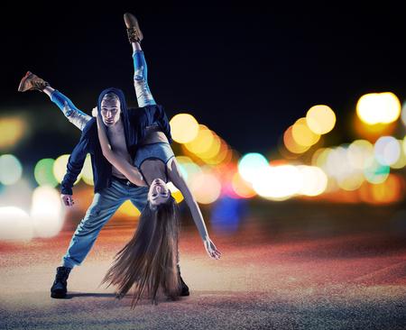 ragazze che ballano: Prestazioni di un giovane di talento paio hip hop