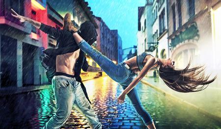 Volhardend jonge dansers oefenen in zware regen