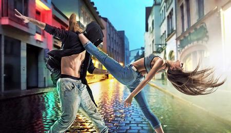 Gars talentueux danse hip hop dans la rue Banque d'images - 53129120