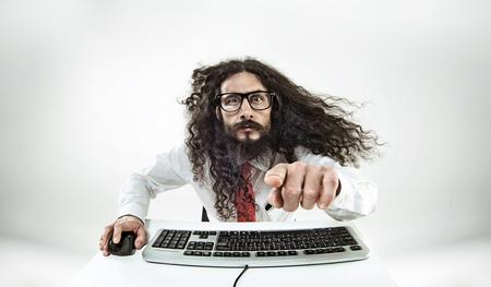 geek: Retrato de un TI Scientis aislado en el cargo