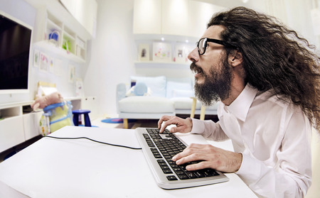 geek: especialista del ordenador que trabaja en una oficina brillante Foto de archivo