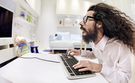 Számítógépes szakember dolgozik egy világos iroda