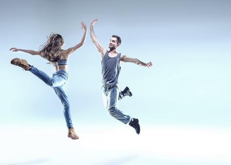 점프에서 두 젊은 브레이크 댄서 포즈