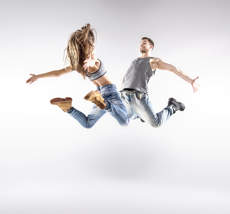 Талантливые хип-хоп танцоров excercising вместе