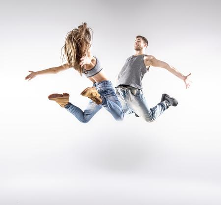 danseuse: Talentueux danseurs hip-hop excercising ensemble Banque d'images