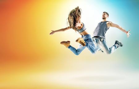 danza: Dos talentosos bailarines que practican en gran estudio Foto de archivo