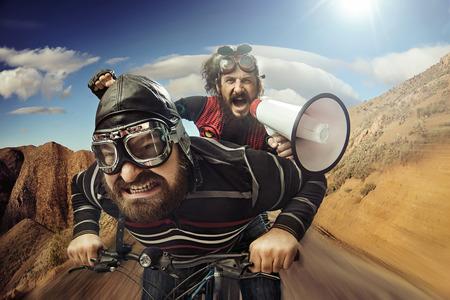 Lustige Porträt eines Tandem von Radfahrern