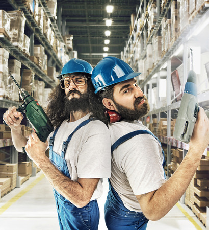 Retrato de dos constructores en un almacén Foto de archivo - 53129352