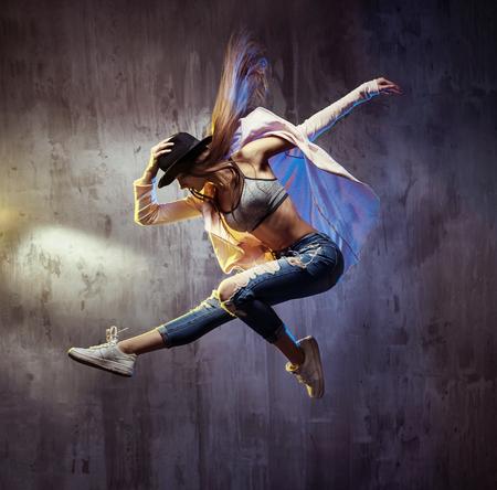 bailarinas: Montar bailar�n de hip hop joven durante la ejecuci�n
