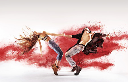 Jovens talentosos dançarinos aspersão de areia vermelha Imagens