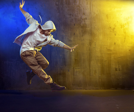 Atlético b-boy dançando um hip hop Banco de Imagens