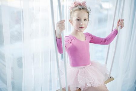niñas pequeñas: niña triste que se sienta en un columpio Foto de archivo