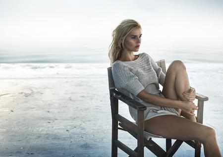 blanc: Portrait d'une femme séduisante assis sur la chaise en bois rétro