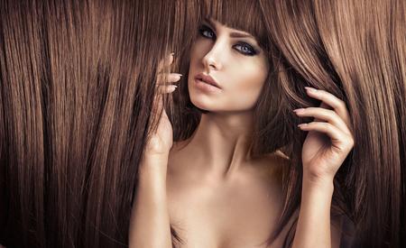 capelli dritti: Ritratto di una bella signora con un taglio di capelli alla moda Archivio Fotografico