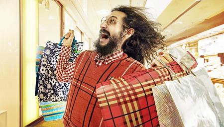 Divertida imagen de chico nerd durante una venta locura