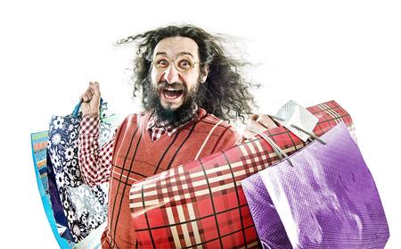 loco: empollón joven divertida que sostiene muchos bolsos de compras
