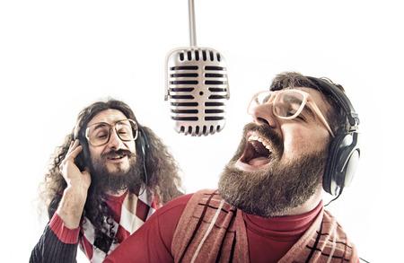 Zwei lustige Freunde, die einen Karaoke-Singen Standard-Bild - 55095699
