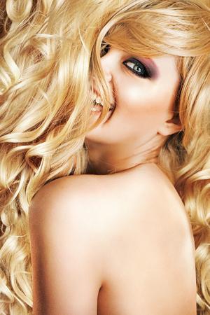 cabello rubio: Fabulosa señora rubia haciendo alarde de su peinado Foto de archivo