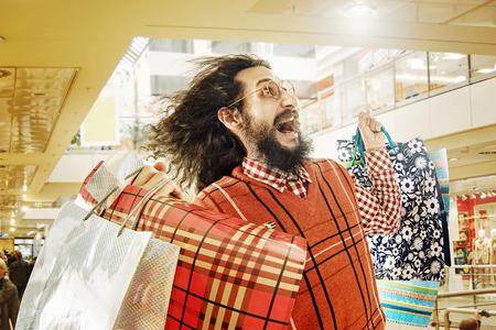 gente loca: Individuo divertido en el viaje de compras