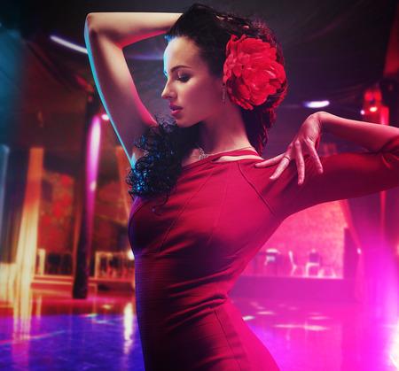 danseuse flamenco: Jolie jeune brune danseuse faisant un spectacle Banque d'images
