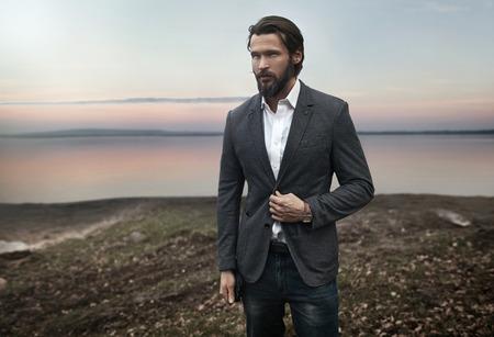 Ritratto di uomo bello elegante photo