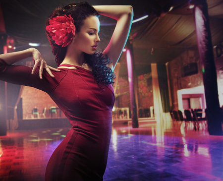 danseuse flamenco: Portrait d'une brunette danseuse pratiquant